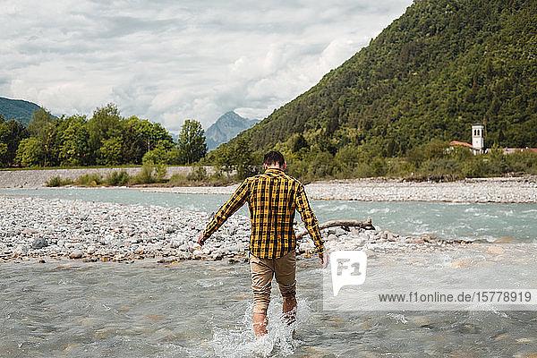 Männlicher Tourist paddelt im Gebirgsfluss  Rückansicht  Francenigo  Venetien  Italien