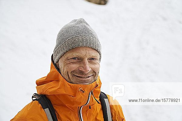 Porträt eines lächelnden Wanderers