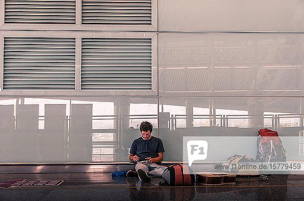 Reisender auf dem Boden des Flughafens  Guangzhou  Jiangxi  China