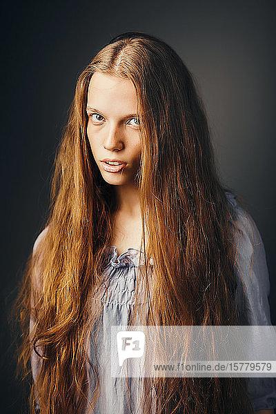 Junge Frau  grauer Hintergrund