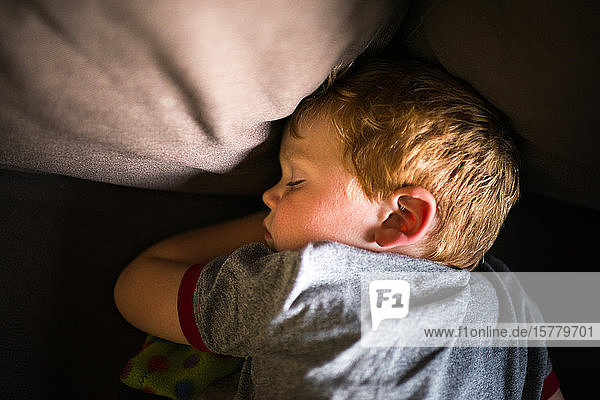 Junge schläft auf Sofa