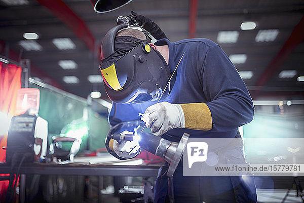 Argon-Schweißen in einer Metallfabrik.