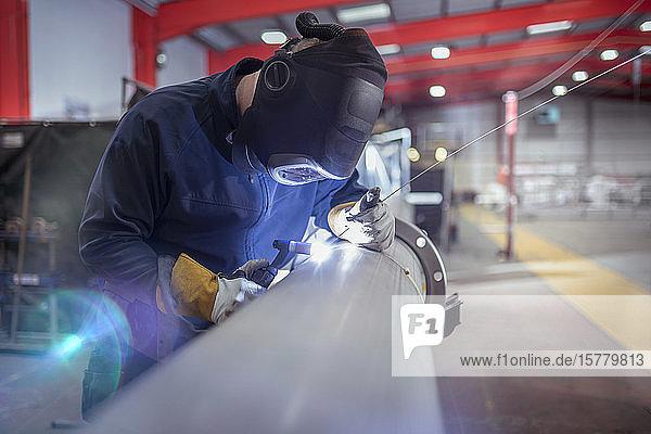 Argon-Schweißer beim Schweißen von Rohren in einer Metallfabrik.
