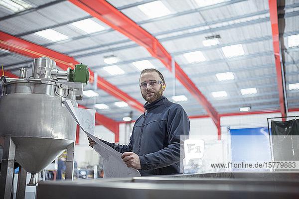 Porträt eines Ingenieurs in einer Metallverarbeitungsfabrik.