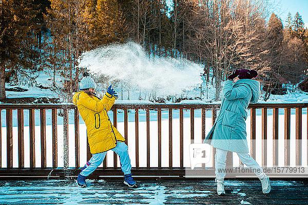 Zwei junge Frauen genießen einen Tag im Winter.