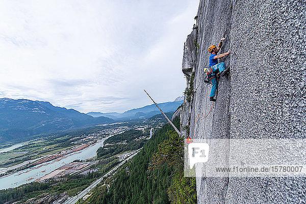 Ein Bergsteiger beim traditionellen Klettern   Sea to Sky-Korridor  Squamish