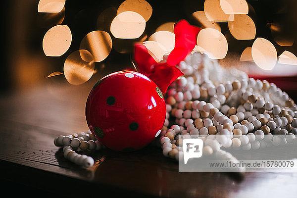 Weihnachtsschmuck  rote Glocke und Perlenkette