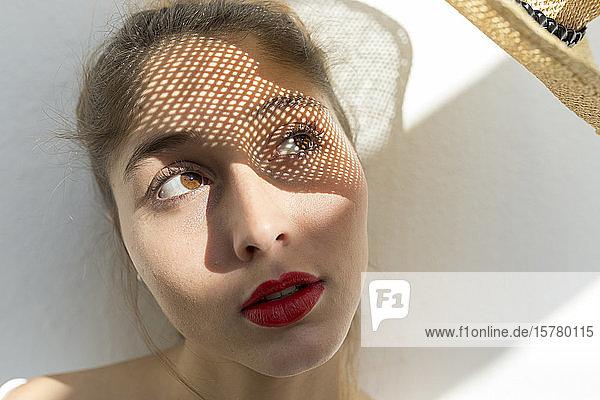 Porträt einer jungen Frau mit Schatten im Gesicht
