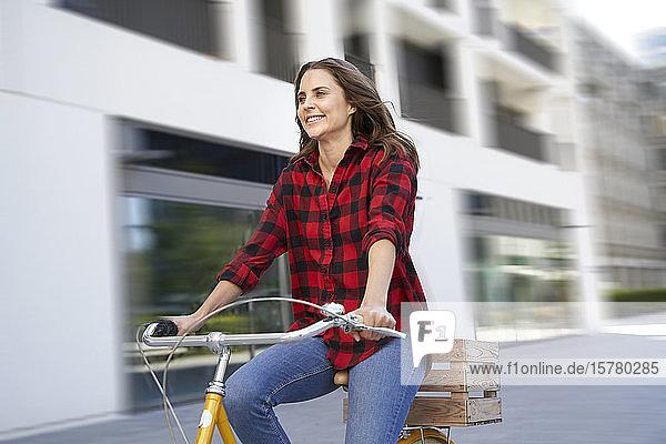 Brünette Fahrradfahrerin in der Stadt