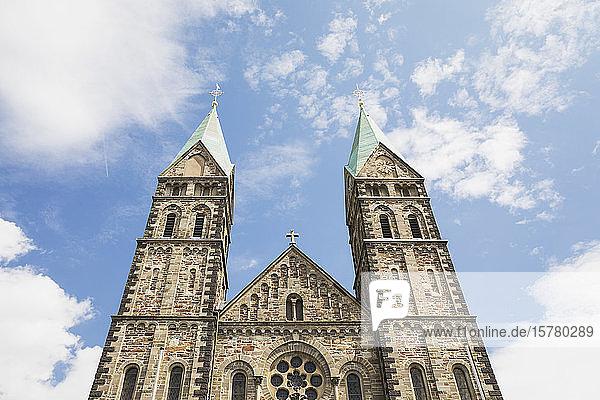Deutschland  Nordrhein-Westfalen  Eifel  Monschauer Land  Region Monschau  Kalterherberg  Tiefblick auf die Kalterherberger Pfarrkirche St. Lambertus  Eifeld