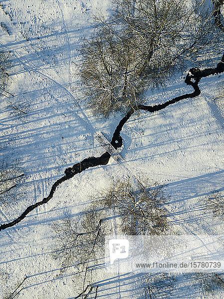 Russland  Sankt Petersburg  Luftaufnahme eines schmalen Flusses im Winter