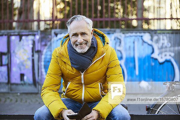 Porträt eines lächelnden reifen Mannes in der Stadt