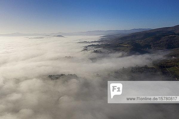Italien  bei Perugia  Luftaufnahme des Nebels im Tal