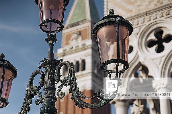 Italien  Venedig  Verzierte Straßenlaterne mit Markuskampanile im Hintergrund