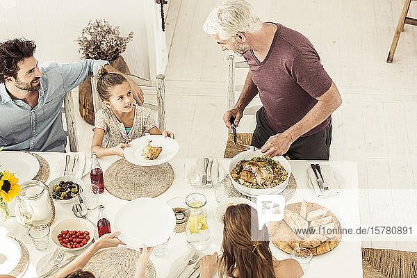 Familie und Freunde beim gemeinsamen Mittagessen