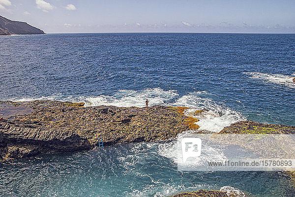 Spanien  La Gomera  Hermigua  Mann auf Klippe am Meerwasserbecken stehend