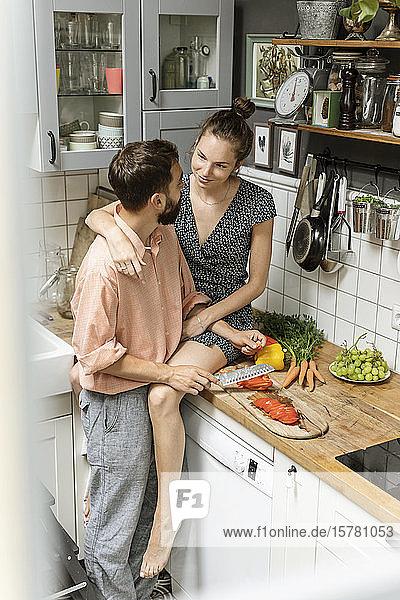 Liebespaar in der Küche  das Essen zubereitet