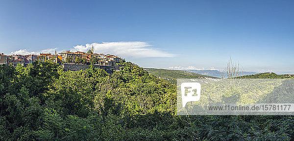 Kroatien  Istrien  Labin  Blick auf Stadt und grüne Hügel