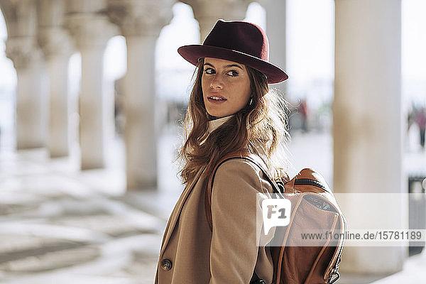 Junge Frau besucht die Stadt Venedig  Italien
