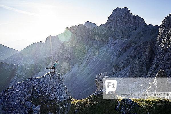Frau balanciert auf Felssporn  Axamer Lizum  Österreich