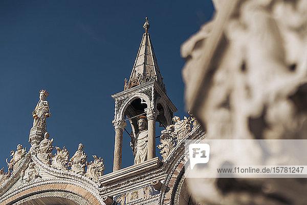 Italien  Venedig  Niederwinkelansicht der Kathedrale St. Marks