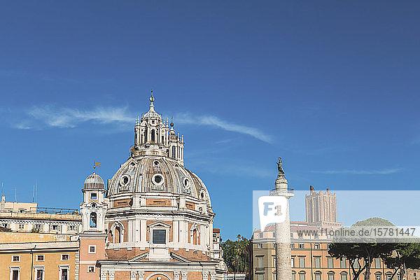 Italien  Rom  klarer blauer Himmel über Santa Maria di Loreto und die Trajans-Säule