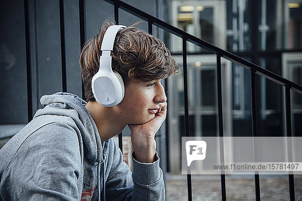 Porträt eines Teenagers mit Kopfhörer  nachdenklich