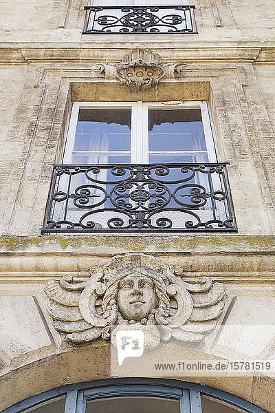 Frankreich  Gironde  Bordeaux  Niedrigwinkelansicht des Maskarons  das den Eingang des Wohngebäudes ziert