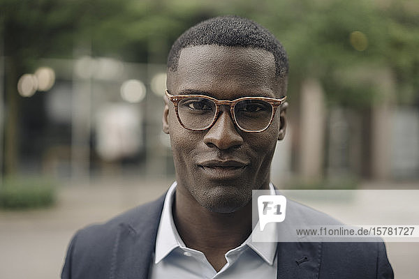 Porträt eines lächelnden Geschäftsmannes mit Brille