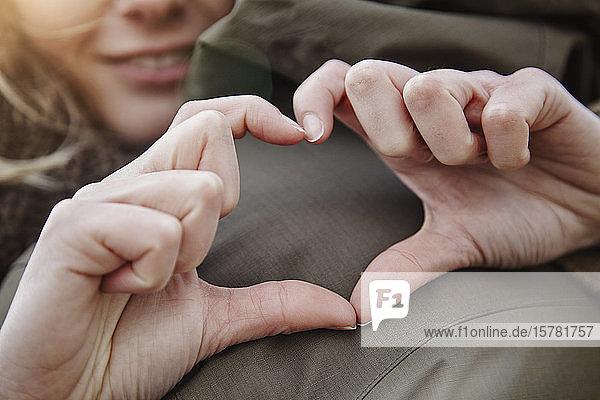 Hände einer jungen Frau bilden Herz  Nahaufnahme