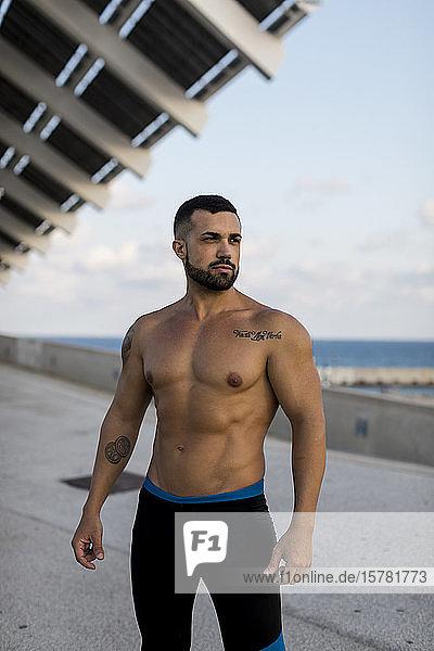 Sportlicher Mann im Hafen von Barcelona  Spanien