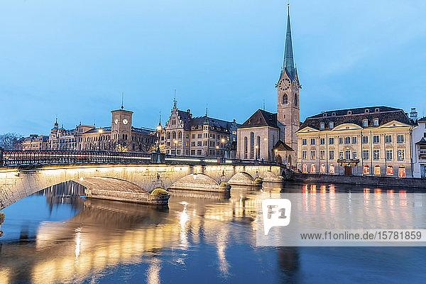 Schweiz  Zürich  Fraumünsterkirche und Munsterbrucke über der Limmat in der Abenddämmerung