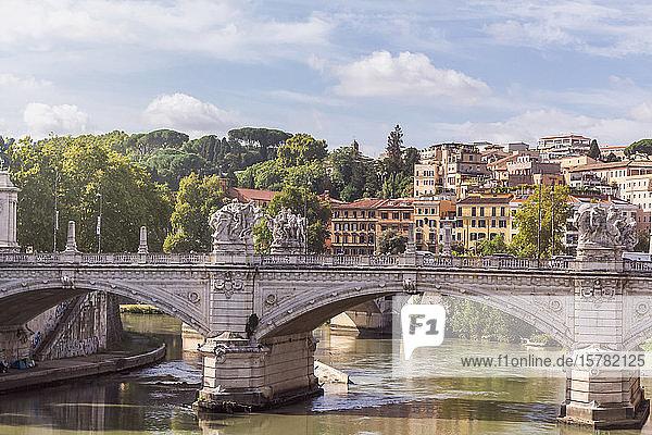 Italien  Rom  Ponte Vittorio Emanuele II an einem sonnigen Tag