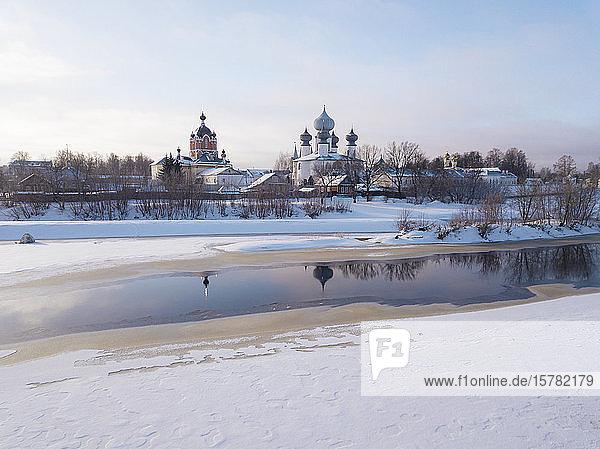 Russland  Gebiet Leningrad  Tichwin  Tichwiner Mariä-Entschlafens-Kloster im Winter
