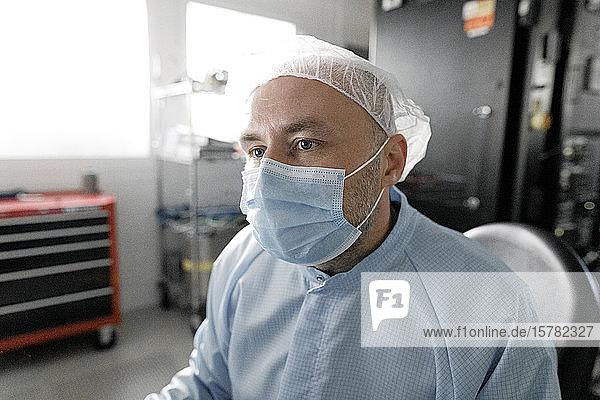 Porträt eines im Labor arbeitenden Wissenschaftlers