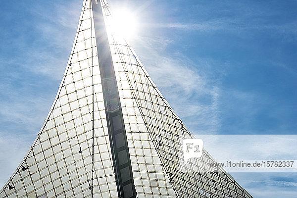 Deutschland  Baden-Württemberg  Radolfzell am Bodensee  Sonne scheint über dem Vordach des Konzertsaals