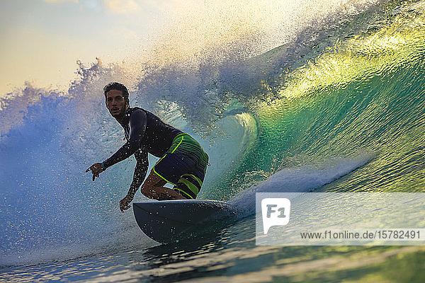 Surfer bei Sonnenuntergang  Bali  Indonesien