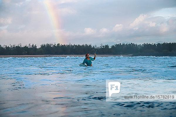 Surfer unter dem Regenbogen  Bali  Indonesien