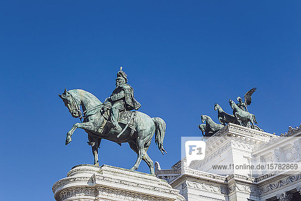 Italien  Rom  Niedrigwinkelansicht der Reiterstatue von Viktor Emanuel II. vor klarem blauen Himmel
