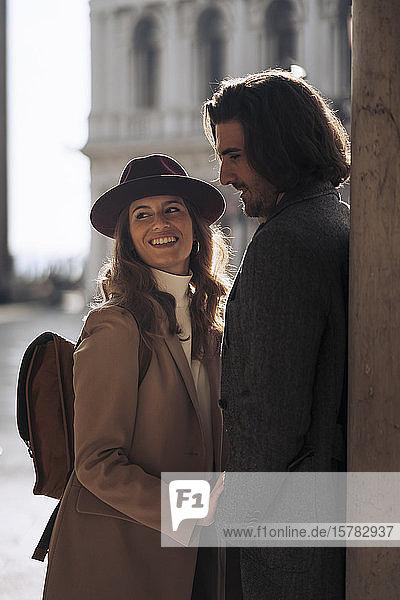 Glückliches junges Paar besucht die Stadt Venedig  Italien