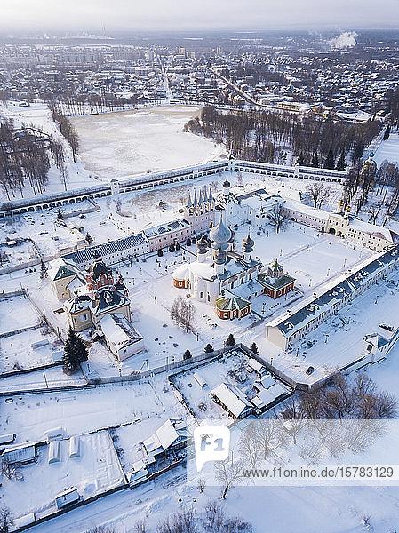 Russland  Gebiet Leningrad  Tichwin  Luftaufnahme des Mariä-Entschlafens-Klosters Tichwin im Winter