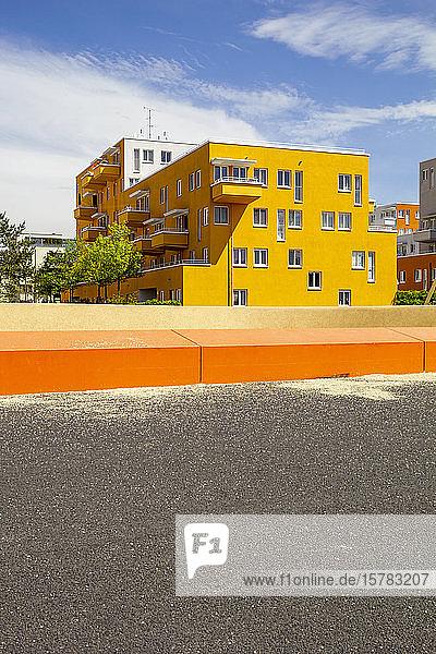 Deutschland  Bayern  München  Gelb gestrichenes Wohnhaus im Theresienpark