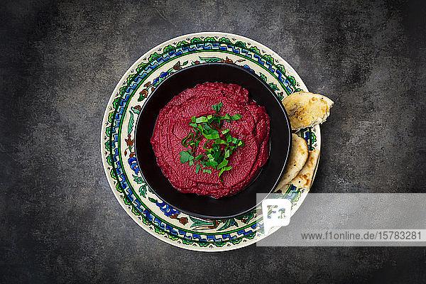 Schale mit Rote-Beete-Hummus