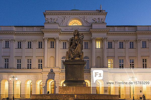 Beleuchteter Präsidentenpalast mit dem Denkmal von Nikolaus Kopernikus im Vordergrund  Warschau  Polen