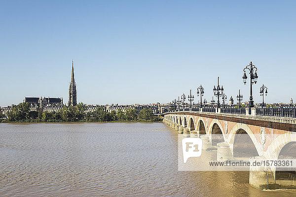Frankreich  Gironde  Bordeaux  klarer Himmel über der Pont de Pierre mit der Basilika St. Michael im Hintergrund