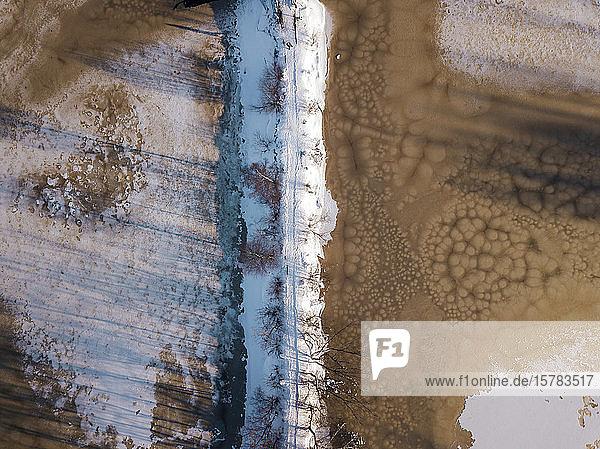 Russland  Gebiet Leningrad  Tichwin  Luftaufnahme von Brücke und Teich im Winter