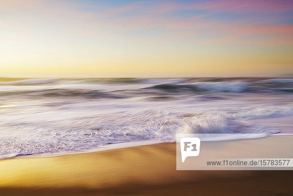 Spanien  Provinz A Coruna  Ferrol  Lange Exposition von Meereswellen  die in der Abenddämmerung über den sandigen Küstenstrand streichen