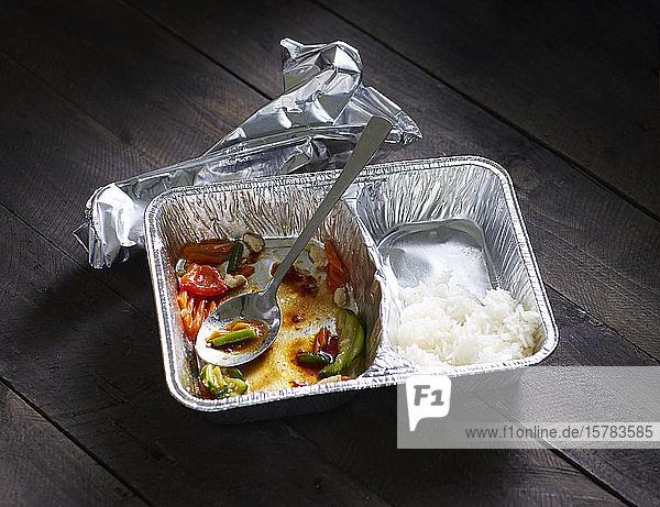 Halbverzehrte Chinesen nehmen Lebensmittel heraus