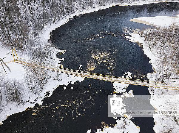 Russland  Gebiet Leningrad  Tichvin  Luftaufnahme der Brücke über den Fluss Tichvinka im Winter
