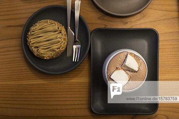 Japan  Kyoto  Draufsicht auf heiße Schokolade und Kuchen im Café